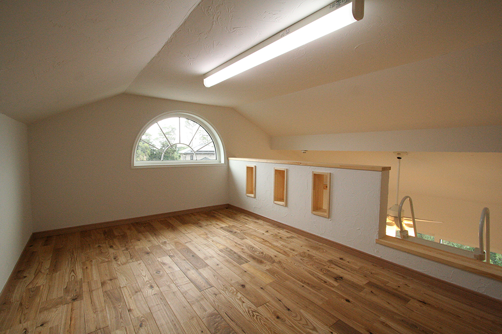 自然光を取り入れた屋根裏部屋