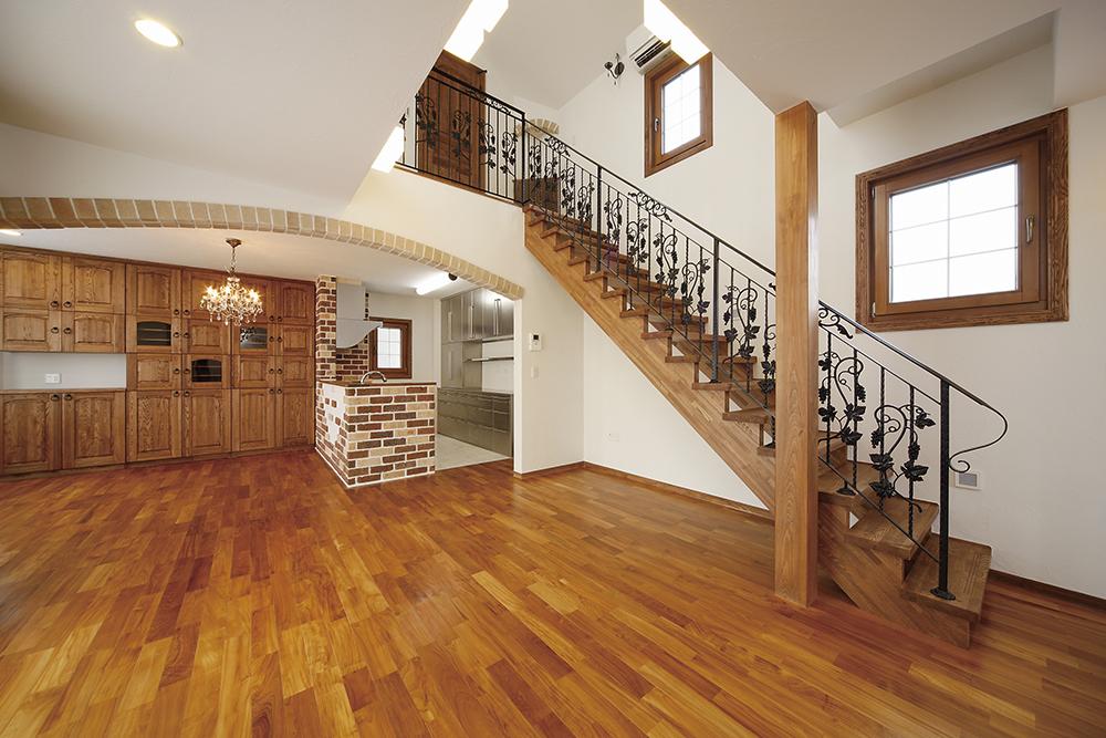 階段が印象的な広々としたスペース
