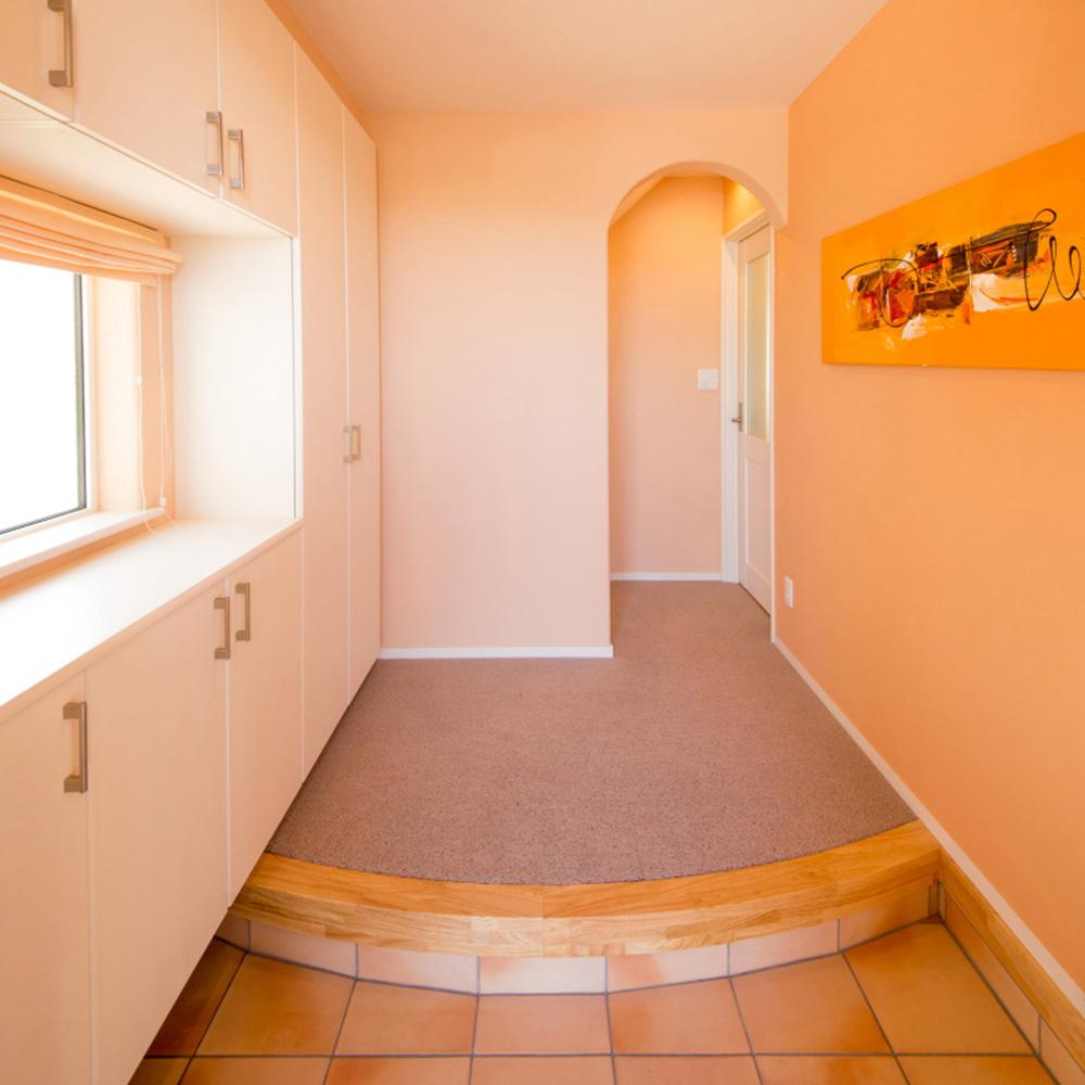 温かみのあるオレンジの壁紙